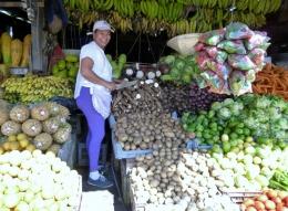 smiling woman at the street market - Sebaco,Nicaragua