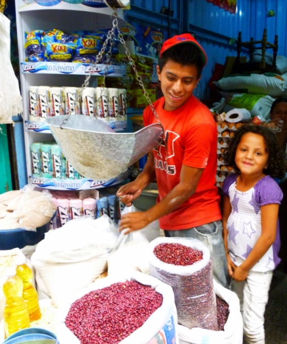 A family affair at the mercado in Jinotega,Nicaragua