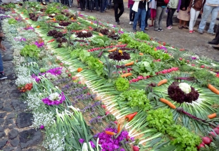 Good Friday - Alfombra of vegetables, colored sawdust and flowers - Anitgua