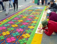 Making an alfombra with stencils and sawdust - Antigua