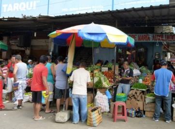 shopping at the Saturday market, Manta