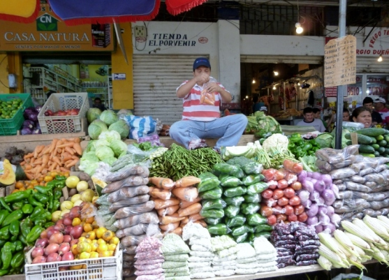 bagging vegetables at Manta's Tarqui Market