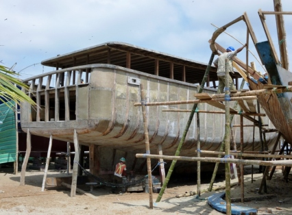 fiberglass cover on hull, Manta Boatyard