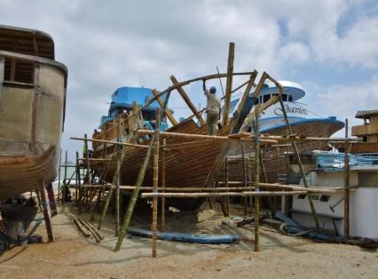 erecting the hull, Manta