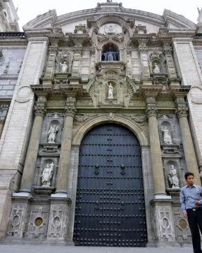 ornate door - Lima
