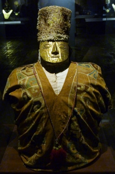 Funerary bundle with mask and gold crown - Lima