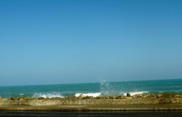 surf overtops low wall, Cartagena
