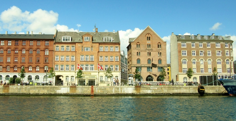 And more lovely buildings along the canal.